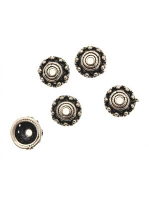 Coppetta tonda rigata al centro e lavorata a puntini nel contorno, diametro 10 mm.