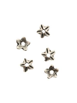 Coppetta tonda a forma di stella semplice a cinque punte con riga centrale, diametro 9 mm.