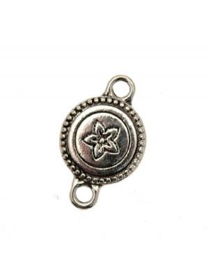 Distanziatore a forma di medaglia tonda piatta, con fiore disegnato al centro, con due anelli, 16x25 mm.