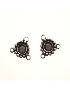 Distanziatore a forma di medaglia tonda con puntini nel contorno e porta strass centrale, con tre anelli, 15x15 mm.