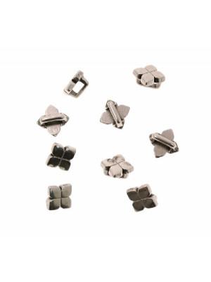 Distanziatore a forma di quadrifoglio, con anello passa nastro o cordoncino, 7,5x7,5 mm.