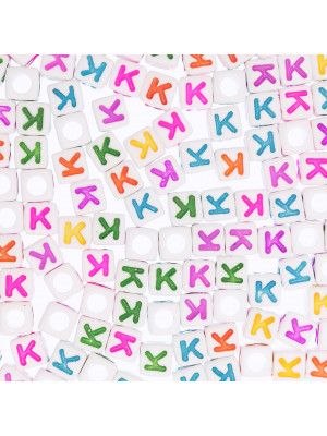 """Distanziatore a Cubo con disegno lettera """"K"""", 7mm., in resina bianca e lettera colorata"""