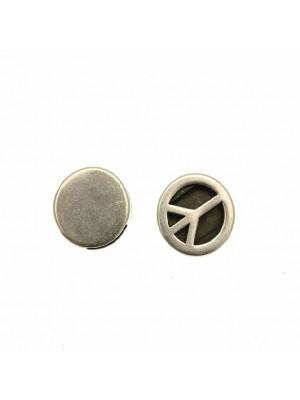 Distanziatore a forma di tondo piatto con disegno traforato a simbolo della pace, 17x4,6 mm.