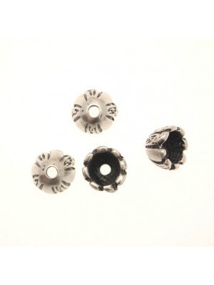 Terminale per cordoncini o copri nodo, a forma di coppetta con disegno a spicchi rigati alternati a lisci, 10x8 mm.