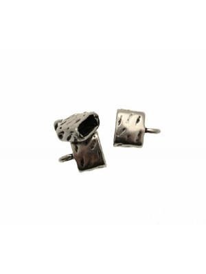 Terminale per cordoncini o nastri piatti, di forma rettangolare, martellato, con anello finale, 10x8x4 mm.
