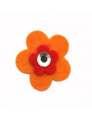 Fiore piatto con un altro fiore più piccolo e uno strass al centro, in feltro, 30 mm.