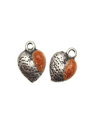 Ciondolo smaltato a forma di cuore bombato martellato da una parte e dal'altra smalto glitter 12x11 mm. Base Argento antico