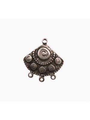 Base per orecchino a forma di triangolo, con disegni a spirale, largo 25 mm., lungo 27 mm.