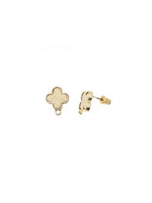 Perno a forma di quadrifoglio con rattan naturale, 14x17 mm., base oro lucido